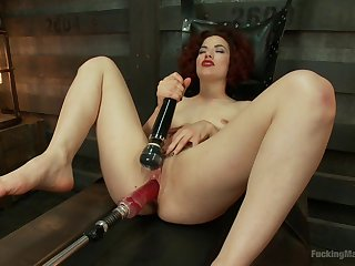 Hot woman tries the fucking device for endless scenes