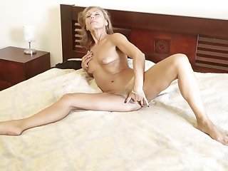 Bonita fingers herself in a hotel bedroom like never before
